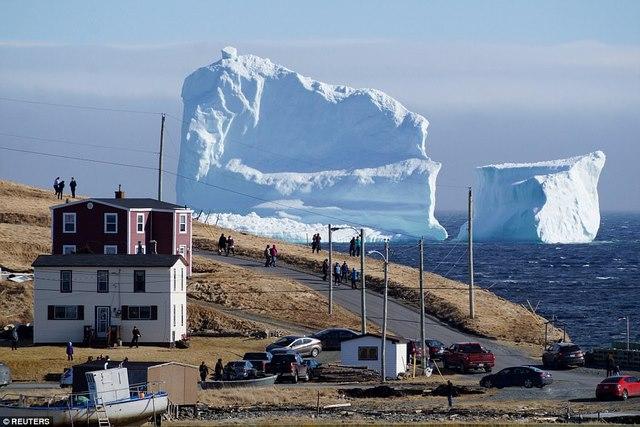 """Mở cửa nhà, giật mình thấy núi băng """"mọc"""" sừng sững trước mặt - 2"""