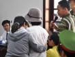Nữ sinh bị tạt axit mù mắt đứng không vững khi dự tòa