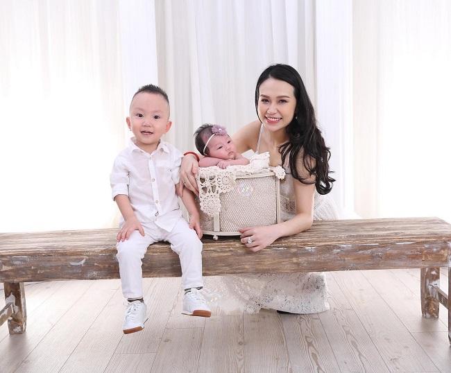 1. Thu Hương: Sau khi sinh con gái (bé Son), vợ Tuấn Hưng - Hương Babynhanh chóng lấy lại được dáng vóc thon gọn, xinh đẹp. Gần đây nhất, cô nàng khoe ảnh chụp hạnh phúc cùng 2 con ở nhà.
