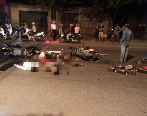 Hai xe máy nát bét, 4 người thương vong sau cú va chạm kinh hoàng - 1