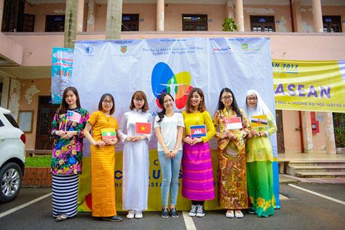 Nữ sinh trường Luật xinh đẹp trong lễ hội ASEAN - 1