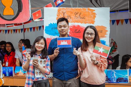 Nữ sinh trường Luật xinh đẹp trong lễ hội ASEAN - 6