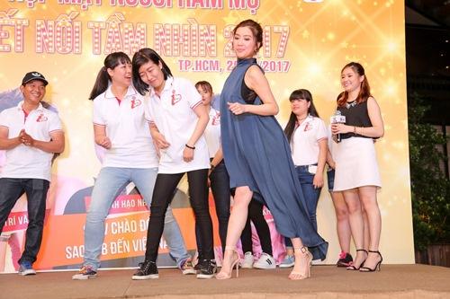 """Hoa hậu Hồng Kông khiến fan """"sướng rơn"""", khác hẳn sao Hàn - 11"""