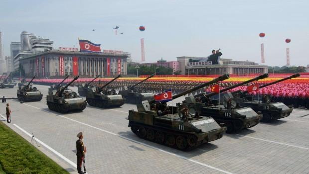 Vì sao xe tăng duyệt binh bỏ đoàn, tới gần Kim Jong-un? - 1