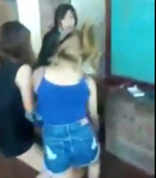Cô gái bị lột đồ giữa quán, đòi bồi thường 315 triệu - 1