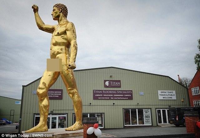 """Tượng khỏa thân vàng 6m khiến người xem phát ngượng vì """"của quý"""" - 1"""