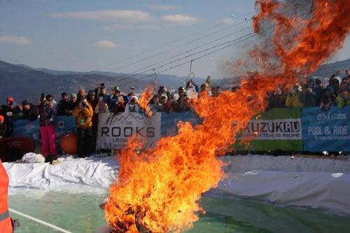 Điên rồ: Vì tiền, tẩm xăng đốt mình rồi nhảy xuống núi - 3