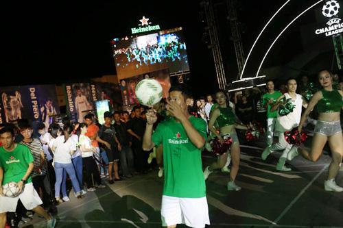 Hàng vạn tín đồ bóng đá hòa chung nhịp đập đón cúp bạc UEFA Champions League - 1