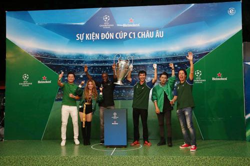 Hàng vạn tín đồ bóng đá hòa chung nhịp đập đón cúp bạc UEFA Champions League - 6