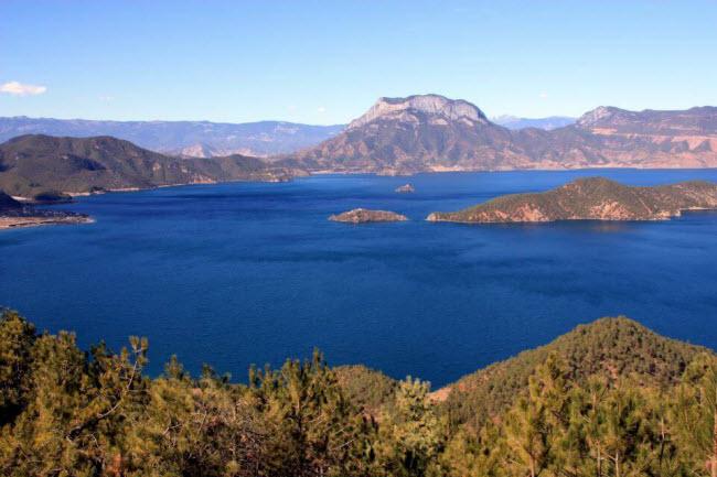 Người Mosuo sống quanh bờ hồ Lugu trên dãy núi cao chạy dọc danh giới giữa tỉnh Vân Nam và Tứ Xuyên, tây nam Trung Quốc. Những người dân tại đây theo chế độ mẫu hệ, tức người đàn ông không được coi trọng, còn phụ nữ mới là người chủ gia đình.
