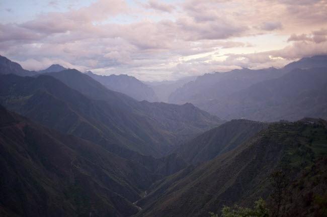 Phong cảnh sông núi hùng vĩ trên tuyến tường nối thành phố Lệ Giang thuộc tỉnh Vân Nam tới hồ Lugu. Nơi đây đã trở thành địa điểm du lịch hấp dẫn nhờ phong cảnh đẹp và tập tục độc đáo của người dân địa phương.