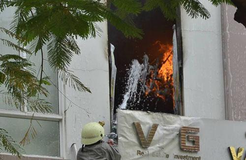 Xe thang giải cứu 11 người gào khóc trong đám cháy ở SG - 3