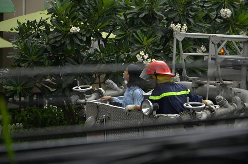 Xe thang giải cứu 11 người gào khóc trong đám cháy ở SG - 9