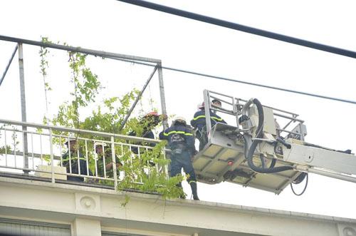 Xe thang giải cứu 11 người gào khóc trong đám cháy ở SG - 7
