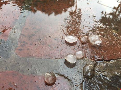 Mưa đá bất ngờ xuất hiện ở Hà Nội - 3