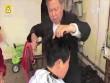Choáng với cảnh dùng kìm rèn nóng rực uốn tóc cho khách