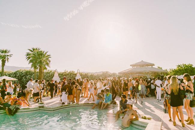 Hot girl rủ nhau diện áo tắm đại náo hồ bơi ngày cuối Coachella - 1