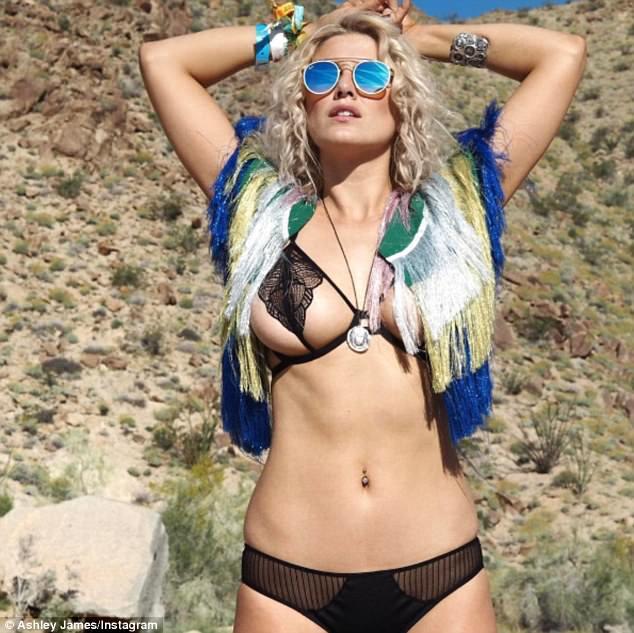 Hot girl rủ nhau diện áo tắm đại náo hồ bơi ngày cuối Coachella - 5