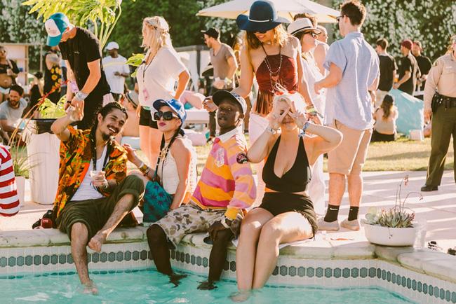 Hot girl rủ nhau diện áo tắm đại náo hồ bơi ngày cuối Coachella - 9