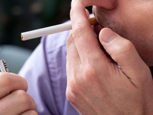 Cha mẹ hút thuốc lá, con dễ bị ung thư máu