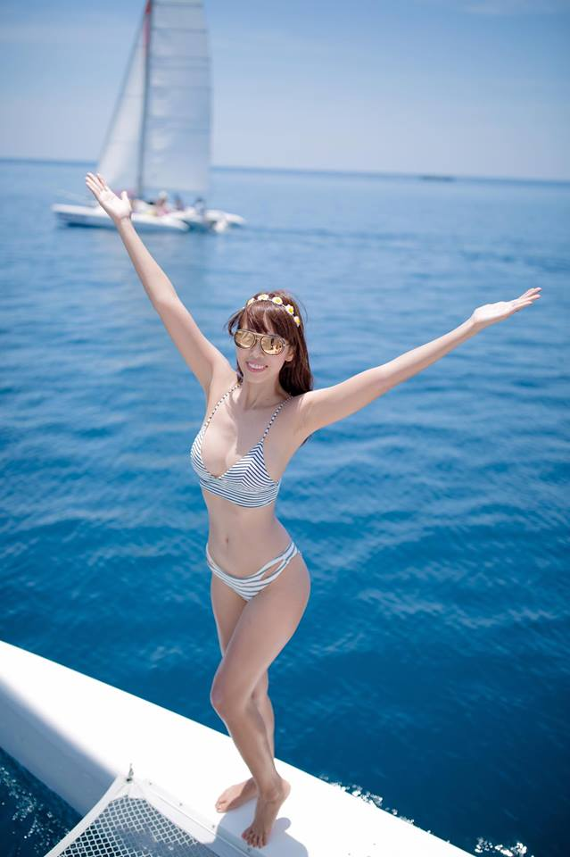 """Thêm loạt ảnh """"nóng rực"""" của chị em Hà Anh trên du thuyền triệu USD - 1"""