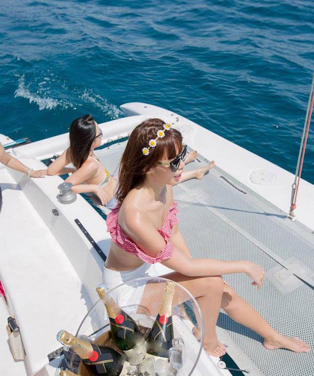 """Thêm loạt ảnh """"nóng rực"""" của chị em Hà Anh trên du thuyền triệu USD - 8"""