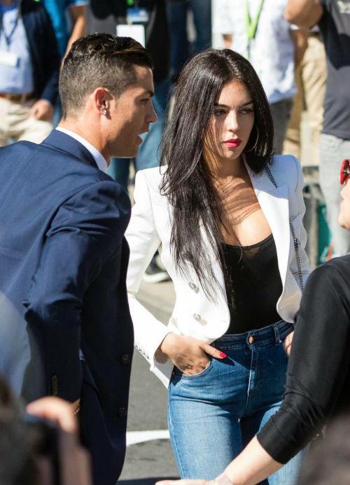 """Ronaldo thua Messi, """"giận cá chém thớt"""" với bồ xinh đẹp - 1"""