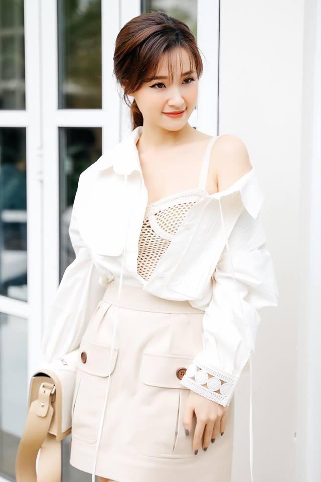 Hari Won hấp dẫn với váy xẻ ngực, Midu buông lơi khêu gợi - 3