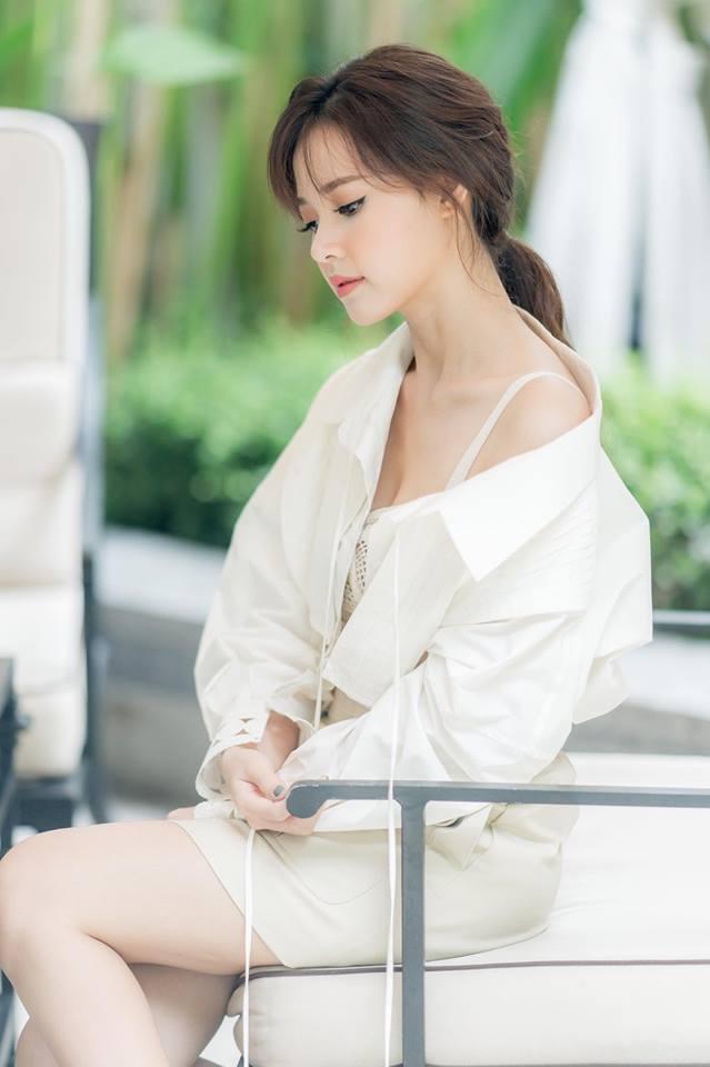 Hari Won hấp dẫn với váy xẻ ngực, Midu buông lơi khêu gợi - 4
