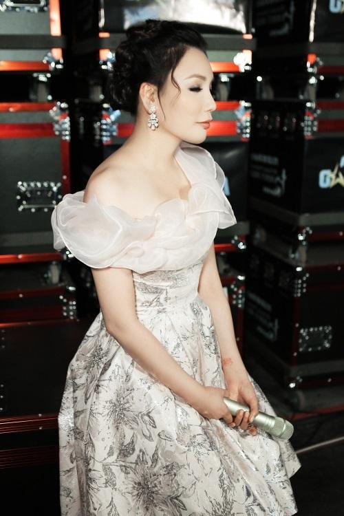 Hari Won hấp dẫn với váy xẻ ngực, Midu buông lơi khêu gợi - 7