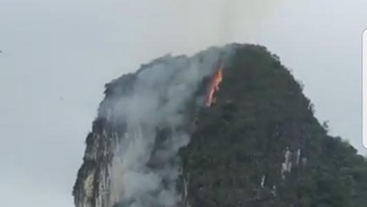 Clip: Núi đá giữa vịnh Hạ Long bốc cháy nghi ngút