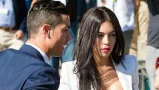 """Ronaldo thua Messi, """"giận cá chém thớt"""" với bồ xinh đẹp"""