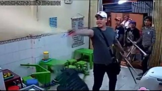 Clip giang hồ xịt hơi cay, đập quán kem ở Sài Gòn