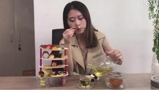 Thánh nữ công sở làm bánh bằng máy ép tóc, tiệc trà sang chảnh