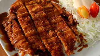 Thịt lợn cốt lết sốt cà ri giòn rụm, thơm lừng