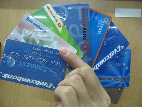 """Mỗi thẻ ATM """"gánh"""" 20-25 loại phí, ngân hàng nói gì? - 1"""