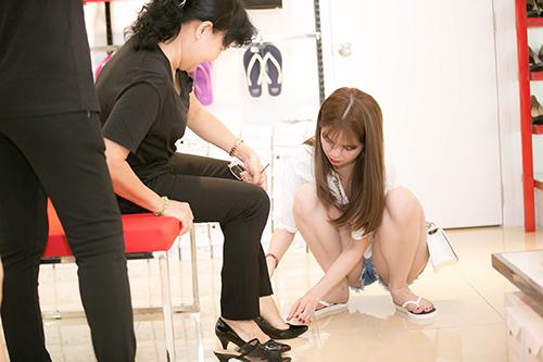 Ngọc Trinh gây sốt với hình ảnh xỏ giày cho mẹ kế - 4