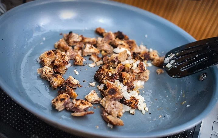 Chào ngày mới với cơm rang thịt lợn giòn tan, ngon tuyệt - 3