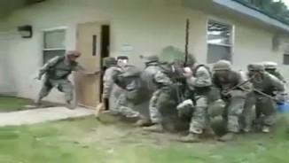 """Clip hài: Trận chiến """"khốc liệt"""" của các chàng lính"""
