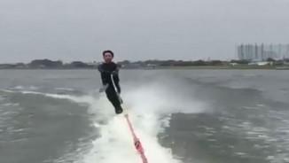 """Cá bay lên mặt nước, nhằm thẳng vào """"chỗ hiểm"""" người lướt ván"""