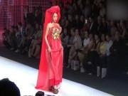 Thời trang - Clip: Kỳ Duyên lộ mặt nhọn, mặc yếm catwalk từ tốn như đi chợ