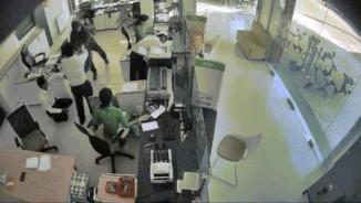Phút kinh hoàng đối diện tên cướp của nhân viên ngân hàng