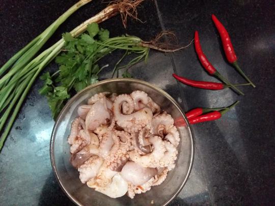 Bữa tối lạ miệng với bạch tuộc xào sả ớt thơm lừng - 1