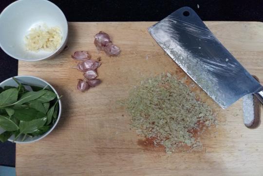 Bữa tối lạ miệng với bạch tuộc xào sả ớt thơm lừng - 2