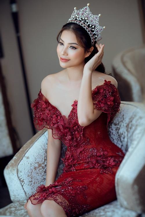 Nín thở vì Phạm Hương mặc đầm đỏ buông lơi như sắp rơi - 1