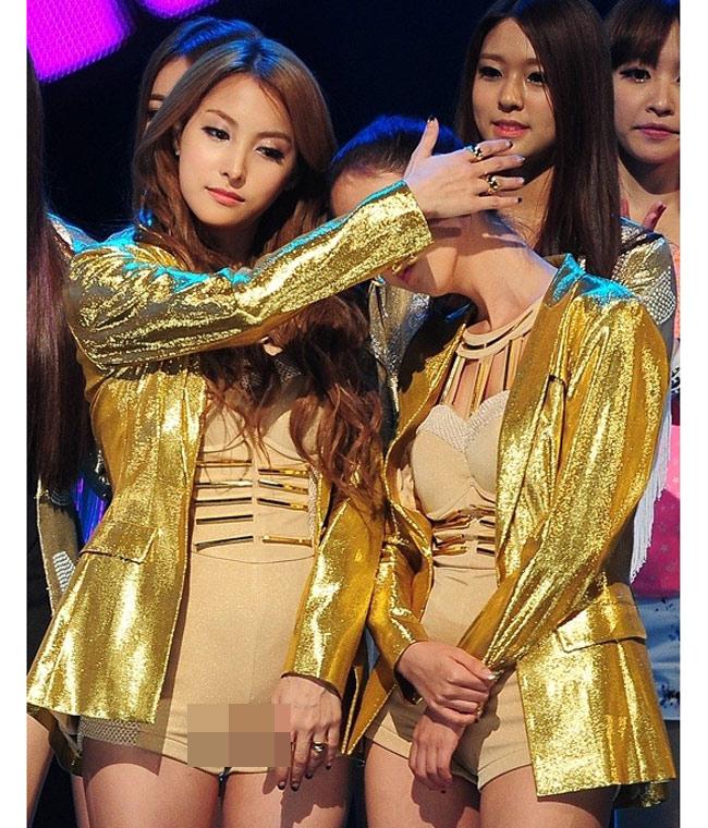 Các nhóm nhạc châu Á, đặc biệt là Hàn Quốc ngày một chuộng mốt short ngắn cũn cỡn 5cm. Trên sân khấu, nhiều girl group khiến khán giả đỏ mặt vì phong cách quá sexy như đang diện đồ bơi đi biểu diễn.