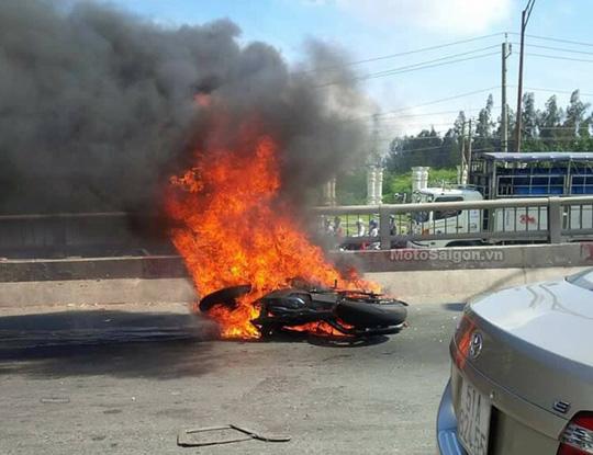 Bốc cháy cả người, thanh niên đi mô tô phi xuống cầu Bến Lức - 1
