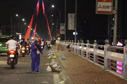 Rác ngập đường phố Đà Nẵng sau lễ hội pháo hoa - 3