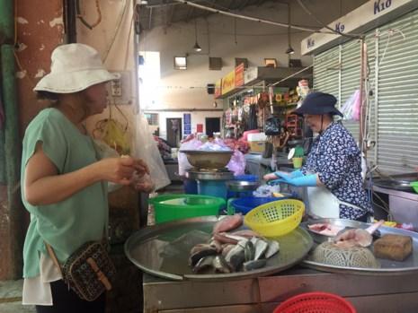 Dịp lễ 30-4: Chợ vắng, siêu thị chen nhau từng centimet - 2