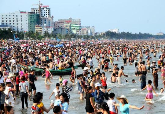 Chen chân tắm biển Sầm Sơn - 2